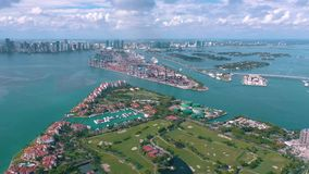 MIAMI FLORIDA, USA - MAJ 2019: Flyg- surrsiktsflyg ?ver Miami Beach S?dra strand- och Fisher ? fr?n ?ver lager videofilmer