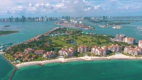 MIAMI FLORIDA, USA - MAJ 2019: Flyg- surrsiktsflyg ?ver Miami Beach S?dra strand- och Fisher ? fr?n ?ver stock video