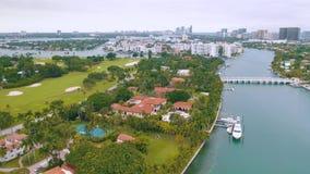 Miami Florida, USA - Maj 2019: Flyg- surrsiktsflyg ?ver den Miami Biscayne fj?rden och den indiska liten vik?n Lyxhus arkivfilmer