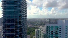 MIAMI FLORIDA, USA - MAJ 2019: Flyg- surrsiktsflyg ?ver det Miami centret Gator bostads- byggnader från över lager videofilmer
