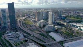 MIAMI FLORIDA, USA - MAJ 2019: Flyg- surrsiktsflyg ?ver det Miami centret Gator bostads- byggnader fr?n ?ver stock video