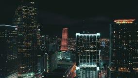 MIAMI FLORIDA, USA - MAJ 2019: Flyg- surrsiktsflyg ?ver det Miami centret Hotell aff?rsbyggnader fr?n ?ver lager videofilmer