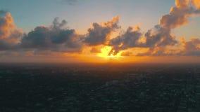 MIAMI FLORIDA, USA - MAJ 2019: Flyg- surrsiktsflyg ?ver det Miami centret ?stlig liten havannacigarr fr?n ?ver lager videofilmer