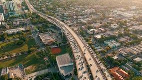MIAMI FLORIDA, USA - MAJ 2019: Flyg- surrsiktsflyg ?ver det Miami centret V?gviadukt och planskild korsning fr?n ?ver lager videofilmer