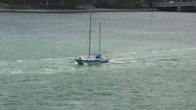 MIAMI FLORIDA, USA-MAY 2015 Liten yacht som går ut ur port av Miami 4K lager videofilmer