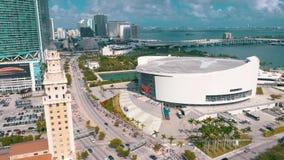 Miami, Floryda, Usa - Maj 2019: Antena strzelaj?ca Miami ?r?dmie?cie Freedom Tower i Biscayne bulwar z g?ry zdjęcie wideo