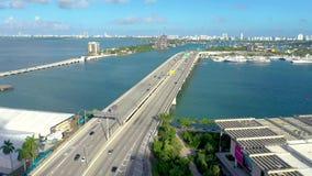MIAMI, FLORYDA, usa - MAJ 2019: Powietrzny trutnia widoku lot nad Miami Biscayne zatok? Wiadukty i wiadukty z g?ry zbiory wideo