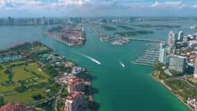 MIAMI, FLORYDA, usa - MAJ 2019: Powietrzny trutnia widoku lot nad Miami pla?? Po?udnia Fisher i pla?y wyspa z g?ry zdjęcie wideo