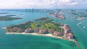 MIAMI, FLORYDA, usa - MAJ 2019: Powietrzny trutnia widoku lot nad Miami pla?? Po?udnia Fisher i pla?y wyspa z g?ry zbiory