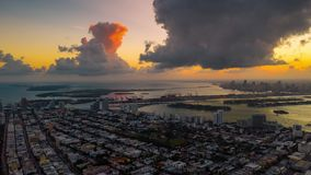 MIAMI, FLORYDA, usa - STYCZEŃ 2019: Powietrzny truteń panoramy widoku lot nad Miami Zmierzch nad południe plaża i plaża zdjęcie wideo