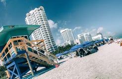 MIAMI - GENNAIO 2016: La gente si rilassa sulla spiaggia del sud Miami Beach i Immagine Stock