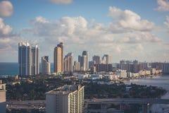 Miami horisont med högväxta byggnader Arkivfoton