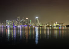 Miami horisont vid natt royaltyfri bild