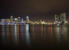 Miami horisont vid natt Arkivfoto
