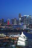 Miami im Stadtzentrum gelegen bis zum Nacht Stockbilder