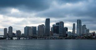 Miami im Stadtzentrum gelegen an einem bewölkten Tag Stockbilder