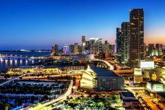 Miami im Stadtzentrum gelegen nachts lizenzfreie stockfotos