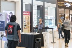 Musician play the violin in the mall. MIAMI - January 14, 2018: Musician play the violin in the mall Royalty Free Stock Image