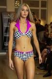 MIAMI - 17 JUILLET : Un modèle marche piste pour la collection de vêtements de bain de Karo Images libres de droits