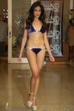 MIAMI - 17 JUILLET : Un modèle marche piste pour la collection de vêtements de bain de Karo Photo stock