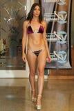 MIAMI - 17 JUILLET : Un modèle marche piste pour la collection de vêtements de bain de Karo Photographie stock libre de droits