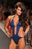 MIAMI - Juli 14: Het model loopt baan bij de Inzameling van het Zwempak van het Konijntje van het Strand voor de Zomer van 2012 va Royalty-vrije Stock Foto's