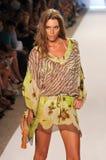 MIAMI - JULI 16: Model het lopen baan bij de Inzameling van Caffe Swimwear voor de Zomer van 2012 van de Lente Stock Afbeelding