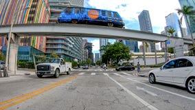 MIAMI, KWIECIEŃ - 2018: Ruch drogowy w miasta śródmieściu Miami przyciąga 20 zdjęcie stock