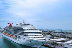Miami, la Florida - 29 de marzo de 2014: El barco de cruceros de la brisa del carnaval atracó en el puerto de Miami imagen de archivo