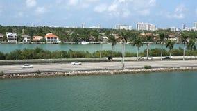 MIAMI, LA FLORIDA, LOS E.E.U.U. MAYO DE 2015 Vista paralela de la carretera I 95 del lado de mar 4K almacen de metraje de vídeo