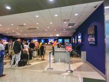 Miami, la Florida, los E.E.U.U. - Aprile 28, 2018: La oficina del coche de alquiler del presupuesto en el aeropuerto de Miami imagen de archivo