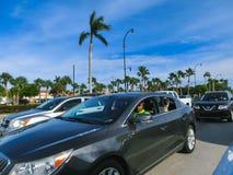 Miami, la Florida, los E.E.U.U. - 10 de mayo de 2018: Los muchos coches en el atasco en una carretera en Miami, FL, los E.E.U.U. fotografía de archivo