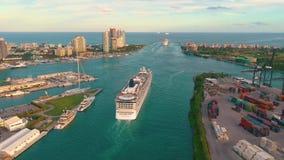 Miami, la Florida, los E.E.U.U. - enero de 2019: Vuelo a?reo de la opini?n del abej?n sobre el puerto mar?timo de Miami Naves y t almacen de video