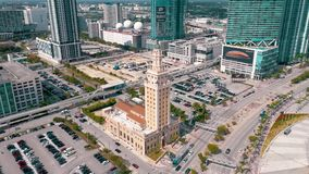 Miami, la Florida, los E.E.U.U. - mayo de 2019: Tiro aéreo del centro de la ciudad de Miami Bulevar de Freedom Tower y de Biscayn almacen de metraje de vídeo