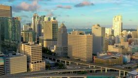 MIAMI, LA FLORIDA, LOS E.E.U.U. - MAYO DE 2019: Vuelo aéreo de la opinión del abejón sobre el centro de la ciudad de Miami Hotele almacen de metraje de vídeo