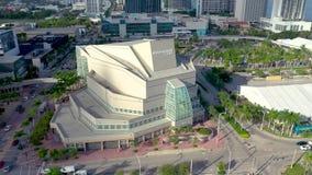 MIAMI, LA FLORIDA, LOS E.E.U.U. - MAYO DE 2019: Vuelo aéreo de la opinión del panorama del abejón sobre el centro de la ciudad de metrajes