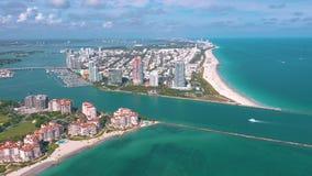 MIAMI, LA FLORIDA, LOS E.E.U.U. - MAYO DE 2019: Vuelo a?reo de la opini?n del abej?n sobre Miami Beach Isla del sur de la playa y almacen de metraje de vídeo