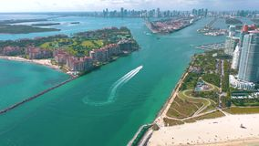 MIAMI, LA FLORIDA, LOS E.E.U.U. - MAYO DE 2019: Vuelo a?reo de la opini?n del abej?n sobre Miami Beach Isla del sur de la playa y almacen de video
