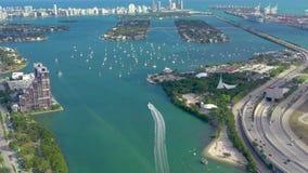 Miami, la Florida, los E.E.U.U. - mayo de 2019: Vuelo a?reo de la opini?n del abej?n sobre el canal principal de Miami Nave, vela almacen de metraje de vídeo