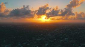 MIAMI, LA FLORIDA, LOS E.E.U.U. - MAYO DE 2019: Vuelo a?reo de la opini?n del abej?n sobre el centro de la ciudad de Miami Del es almacen de video