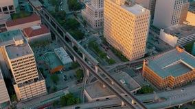 MIAMI, LA FLORIDA, LOS E.E.U.U. - MAYO DE 2019: Vuelo a?reo de la opini?n del abej?n sobre el centro de la ciudad de Miami Viaduc metrajes