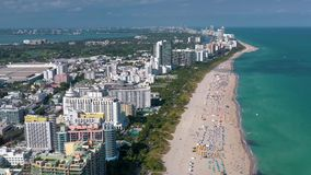 MIAMI, LA FLORIDA, LOS E.E.U.U. - MAYO DE 2019: Vuelo a?reo de la opini?n del panorama del abej?n sobre Miami Beach Arena y mar d almacen de video