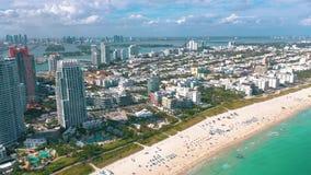 MIAMI, LA FLORIDA, LOS E.E.U.U. - MAYO DE 2019: Vuelo a?reo de la opini?n del panorama del abej?n sobre Miami Beach Arena y mar d metrajes