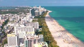 MIAMI, LA FLORIDA, LOS E.E.U.U. - MAYO DE 2019: Vuelo a?reo de la opini?n del panorama del abej?n sobre Miami Beach Arena y mar d almacen de metraje de vídeo