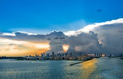 Miami la Floride à la tempête avec le coucher du soleil Vue du grand nuage et du vent fort de la mer Image stock
