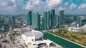 Miami, la Floride, Etats-Unis - mai 2019 : Vol de vue a?rienne au-dessus du centre ville de Miami Ar?ne et parc d'American Airlin banque de vidéos
