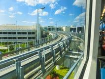 Miami, los E.E.U.U. - 29 de abril de 2018: tren de cielo en el aeropuerto internacional de Miami en Miami, los E.E.U.U. Skytrain  imágenes de archivo libres de regalías
