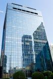 Miami, los E.E.U.U. - 30 de octubre de 2015: edificio del rascacielos con la fachada de cristal en el cielo azul Arquitectura y d Foto de archivo libre de regalías