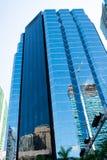 Miami, los E.E.U.U. - 30 de octubre de 2015: edificio de la torre con la fachada de cristal en el cielo azul Arquitectura y diseñ Fotografía de archivo libre de regalías
