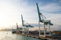 Miami, los E.E.U.U. - marzo, 18, 2016: puerto marítimo, terminal o muelle Puerto marítimo del envase con el buque de carga, grúas Fotos de archivo libres de regalías